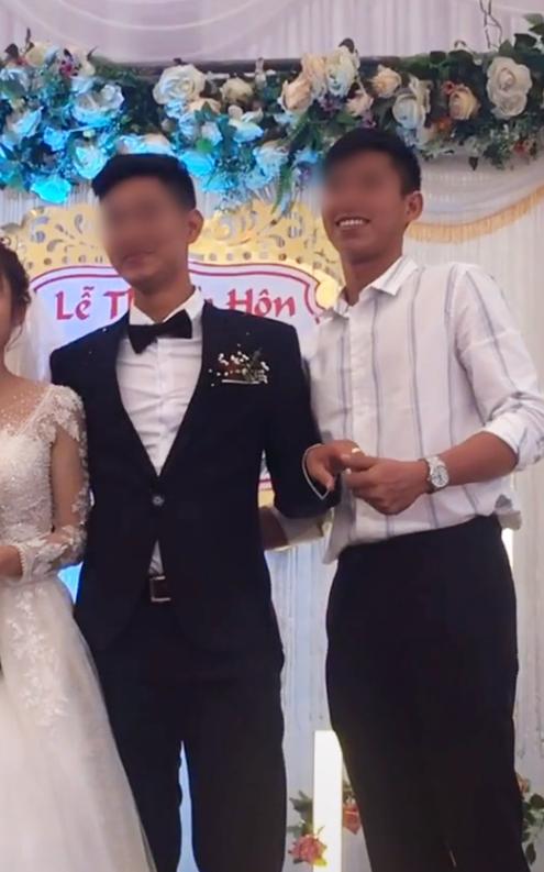 Chú rể bị cưỡng hôn trên sân khấu, phản ứng của cô dâu làm ai cũng bất ngờ-1