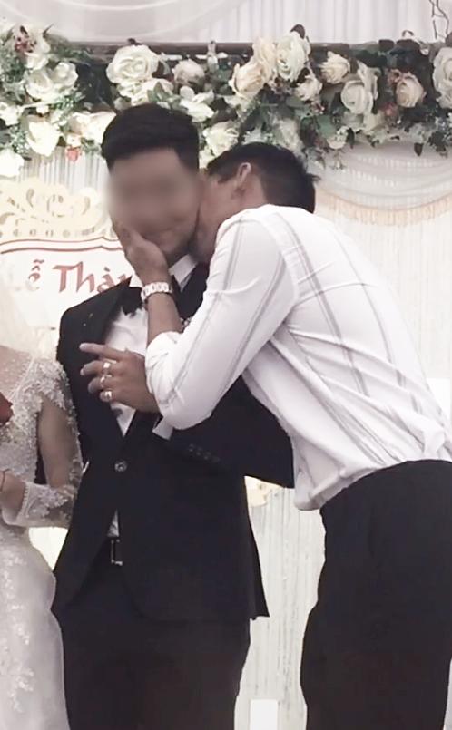 Chú rể bị cưỡng hôn trên sân khấu, phản ứng của cô dâu làm ai cũng bất ngờ-2