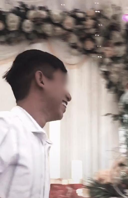 Chú rể bị cưỡng hôn trên sân khấu, phản ứng của cô dâu làm ai cũng bất ngờ-4