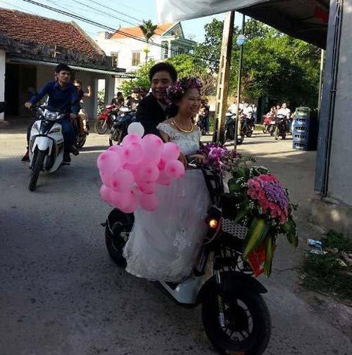 Màn rước dâu lạ lùng: Cả họ nhà trai gồng mình đẩy cô dâu và dàn bê tráp trên xe rùa vã cả mồ hôi-2
