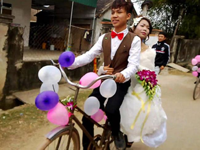 Màn rước dâu lạ lùng: Cả họ nhà trai gồng mình đẩy cô dâu và dàn bê tráp trên xe rùa vã cả mồ hôi-3