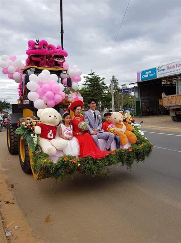 Màn rước dâu lạ lùng: Cả họ nhà trai gồng mình đẩy cô dâu và dàn bê tráp trên xe rùa vã cả mồ hôi-4