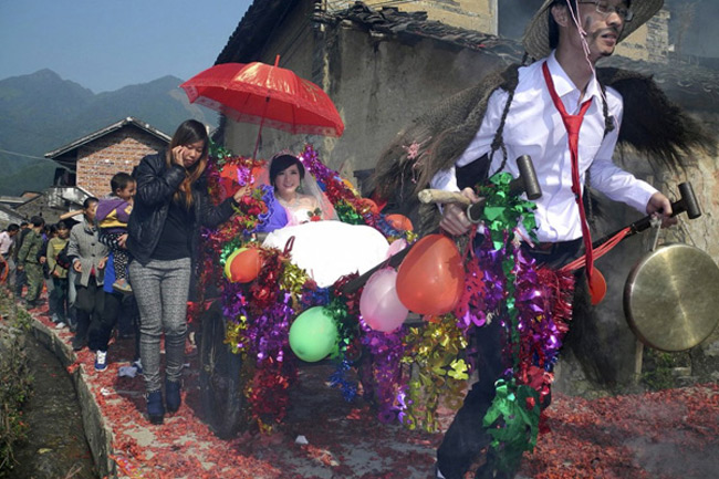 Màn rước dâu lạ lùng: Cả họ nhà trai gồng mình đẩy cô dâu và dàn bê tráp trên xe rùa vã cả mồ hôi-6