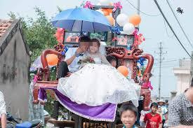 Màn rước dâu lạ lùng: Cả họ nhà trai gồng mình đẩy cô dâu và dàn bê tráp trên xe rùa vã cả mồ hôi-10