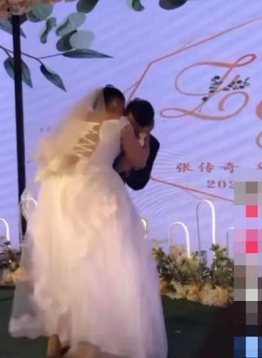 Chú rể bị vợ cưỡng hôn trên sân khấu, ngoại hình cô dâu ai cũng giật mình-1