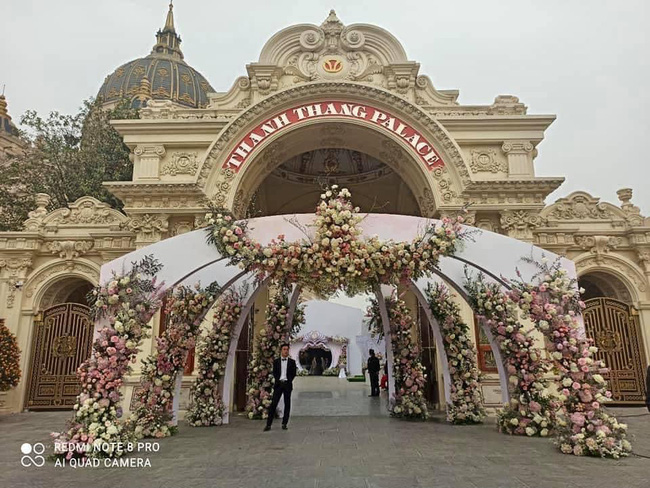 Không gian, thực đơn đám cưới khủng trong lâu đài dát vàng ở Ninh Bình-1