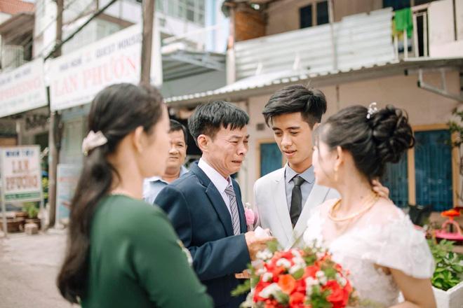 Ngày cưới con gái, ông bố khóc suốt hôn lễ, gục vào vai chú rể: Nhớ thương em-2