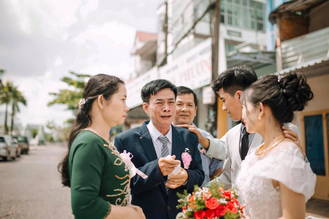 Ngày cưới con gái, ông bố khóc suốt hôn lễ, gục vào vai chú rể: Nhớ thương em-3