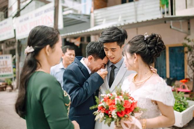 Ngày cưới con gái, ông bố khóc suốt hôn lễ, gục vào vai chú rể: Nhớ thương em-5